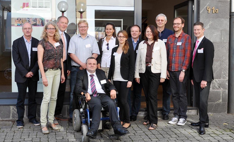Partner des Netzwerkes Inklusion in Osnabrück (v.l.): Michael Schlosser (Agentur für Arbeit Osnabrück), Petra Böske (Vorstand Patsy & Michael Hull Foundation), Dr. Axel Kreutzer (Vorstand Patsy & Michael Hull Foundation), Philip Bosma (Jobcenter Osnabrück), Wolfram Giese (Bundesministerium für Arbeit und Soziales), Ulrike Berger (Grone-Schulen Niedersachsen gGmbH), Olga Mishakova (Patsy & Michael Hull Foundation), Guido Uhl (HpH Bersenbrück), Petra Künsemüller (Bildungswerk der Niedersächsischen Wirtschaft gGmbH / Wirtschaft inklusiv), Helmut Pöppelmann (Stadt Osnabrück – Fachstelle Inklusion), Mounir Wojtun (Deutscher Caritasverband e. V.) und Michael Hull (Vorsitzender der Patsy & Michael Hull Foundation e. V.)