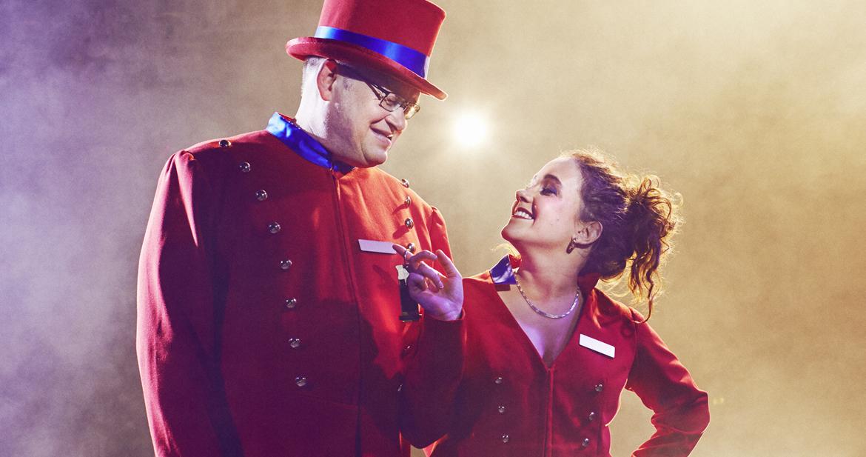 Szene aus Grand Hotel Vegas: Rezeptionistin Kim Garcia (Nicole Primetshofer) mit Portier (Roland Schlingmeyer)